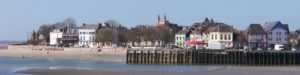 Vue du port du Crotoy, de sa place et de l'hôtel Les Tourelles