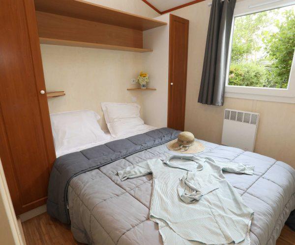chambre lit double au mobil homes en location au camping La Baie de Somme au Crotoy