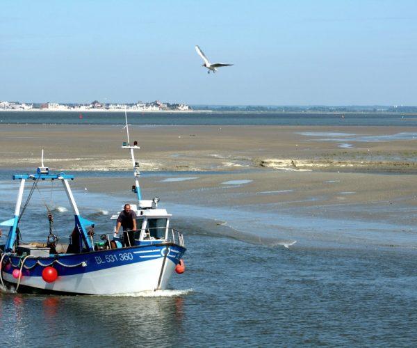 Bateau de pêche devant le port du Crotoy en baie de somme
